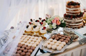 saldumiem bagāts galds